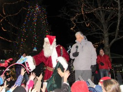 IMG_7444 (2) HAV (c)Alison Colby-Campbell GHCC 2018 CHristmas Stroll Mayor santa presents